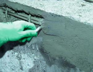 4_ nakladanie-zaprawy-do-uzupelniania-ubytkow-betonu-sopro-repadur-50-na-zaprawe-kontaktowa-poprzez-szpachlowanie