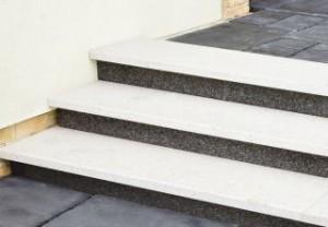 stopnie-okladzinowe-granit-bialy-i-czarny-terazzo-fot.bruk-bet