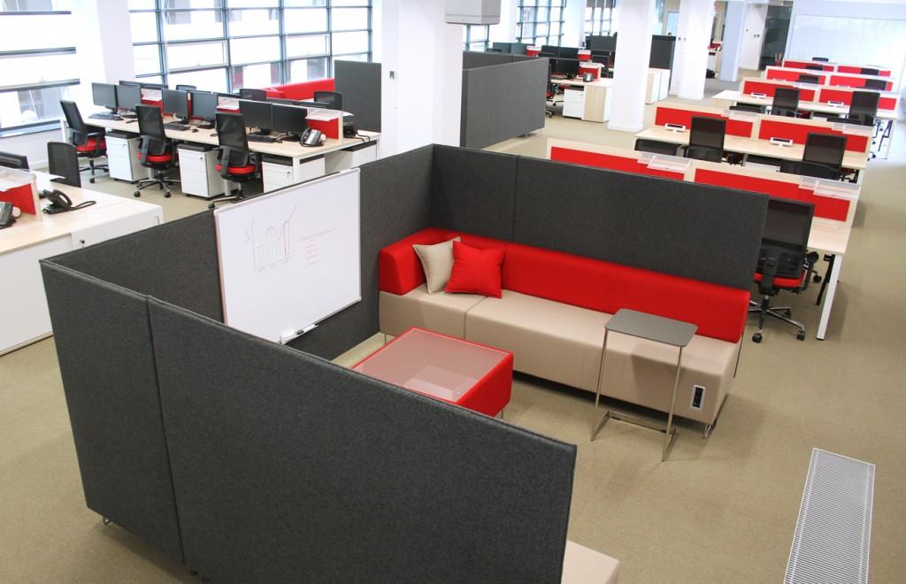 Open space z wydzieloną strefą spotkań_realizacja Mikomax